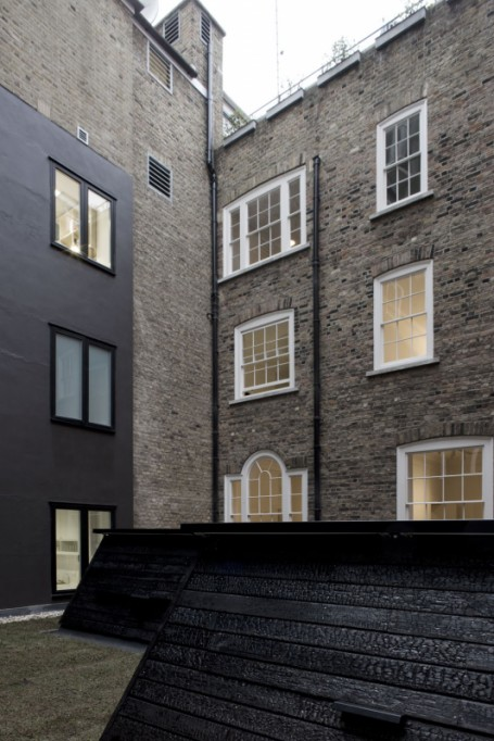 Madera carbonizada. Raven Row - 6a Architects.