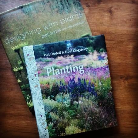 Entre los dos libros median 14 años. Designing with Plants se encuentra agotado y sólo puede adquirirse de segunda mano.
